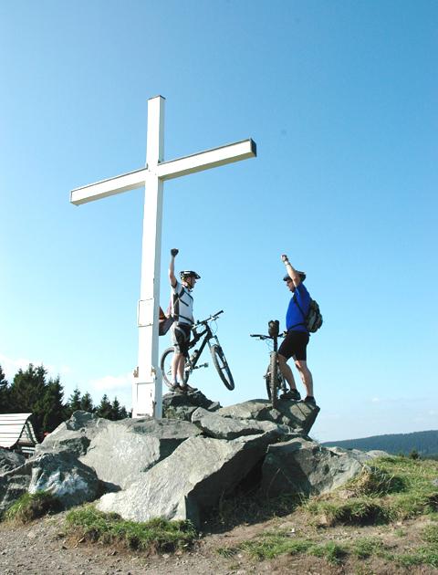 Michael und Volker erklimmen das Niedersfelder Kreuz.