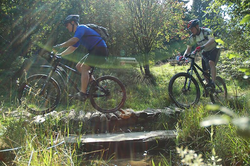 Michael und Volker überqueren die Hoppecke Quelle auf der Hochheide.